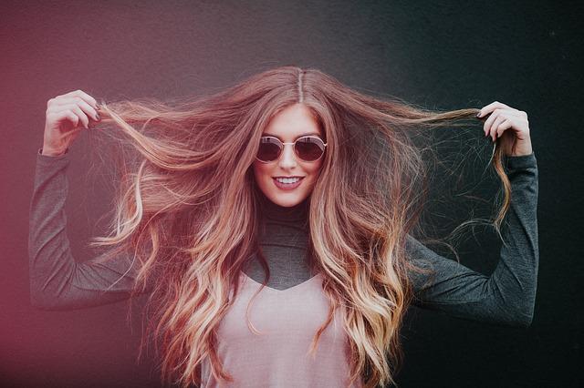držet vlasy