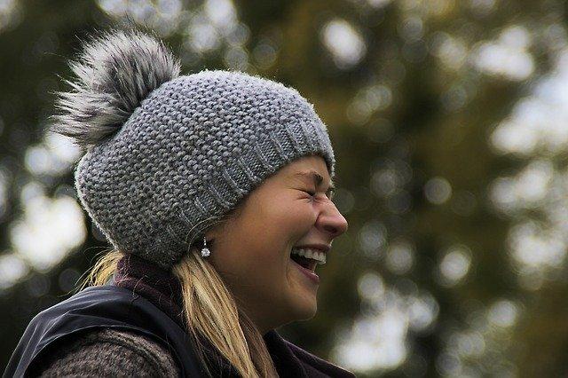 smějící se žena v čepici