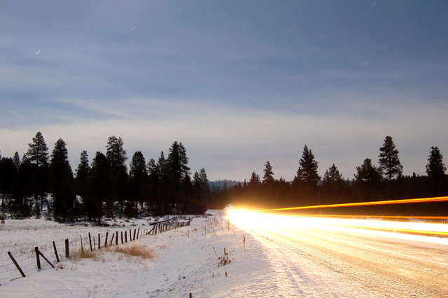 světla jedoucího auta v zimě
